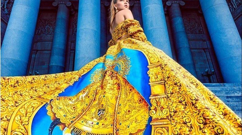 Vestido con la imagen de la Virgen de la Caridad Foto: IG @yasgonzalezofficial