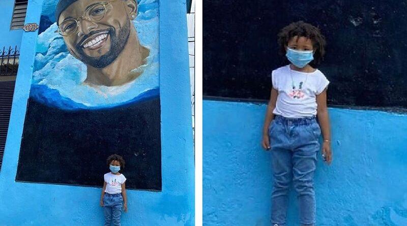 La hija de El Dany visita mural dedicado a su padre en La Habana